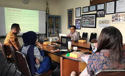 Kuliah Praktisi Prodi Bahasa Inggris dengan Tema Writing for International Journals: Tips and Techniques bersama Dr. Fahrus Zaman Fadhly, M.Pd.