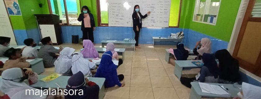 Mahasiswa UTama, Memberikan Pelajaran Bahasa Inggris Bagi Santri Madrasah Al-Istiqomah